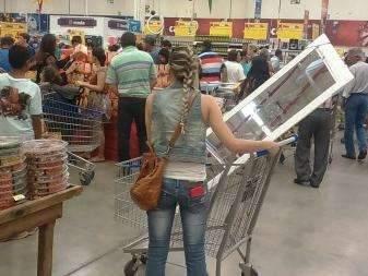 Walmart em shopping abre pela última vez e lota, mas restringe promoções