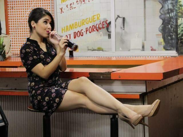 """No """"bar do Sena"""", editorial de moda tem  peças super femininas dos anos 50 e 60"""