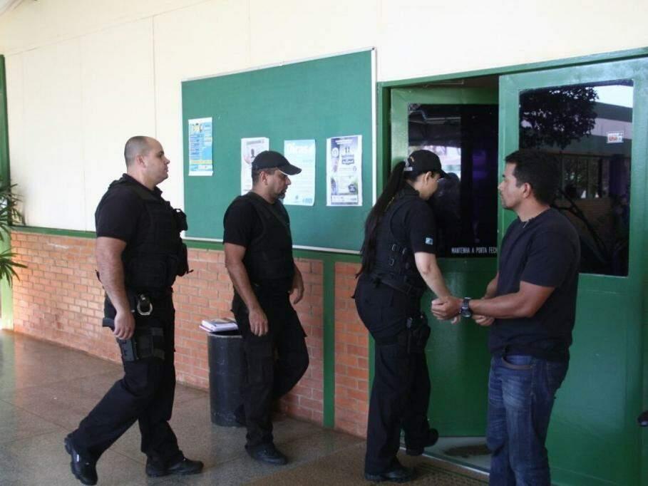 Agentes do Gaeco entrando em ala das diretorias do Detran-MS (Foto: Marcos Ermínio)