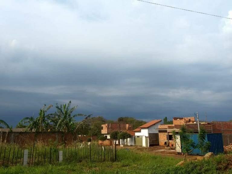 Tempo nublado em Dourados (Foto: Helio de Freitas)
