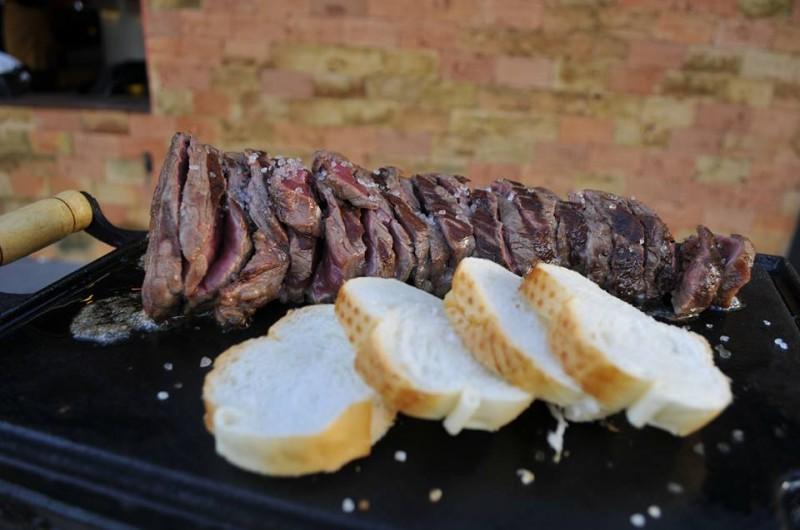 Picanha é finalizada na mesa, a gosto do cliente. (Foto: Alcides Neto)
