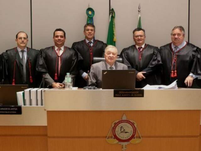 Presidente do TJMS, desembargador Divoncir Maran (ao centro) participou de sessão da 2ª Câmara Cível na qual primeiro acórdão oriundo de julgamento virtual foi assinado. (Foto: Divulgação)