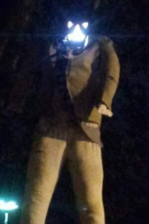 """Boneco tem cabeça de abóbora, luzes e faixa com o nome """"Marun"""". (Foto: Direto das Ruas)"""