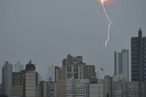 Em 12 horas, 30 mil raios que podem causar mortes atingiram o Estado