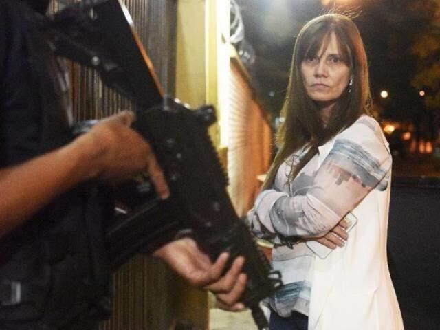 Laura Casuso, advogada de Pavão, chega ao presídio durante buscas (Foto: ABC Color)