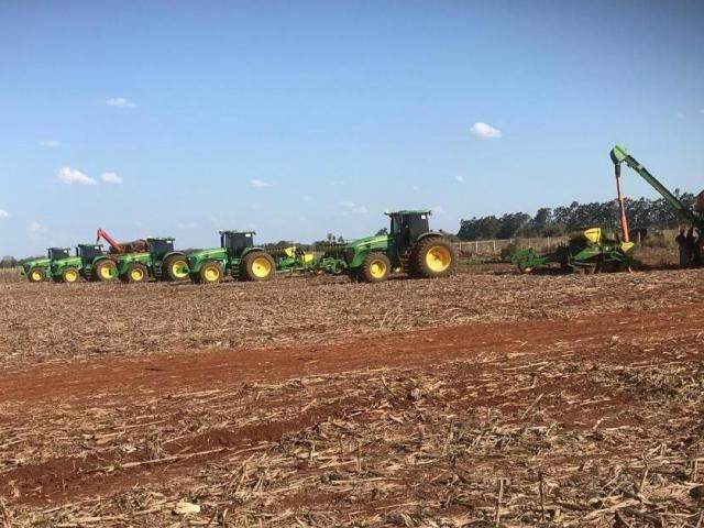Máquinas plantando soja ontem na fazenda Barra Dourada, em Dourados (Foto: Joaquim de Souza)