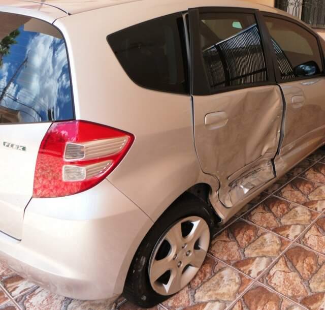 Honda Fit ficou com danificado nas portas do lado direito. Condutora ficou ferida e a motorista que causou o acidente fugiu sem prestar socorro.