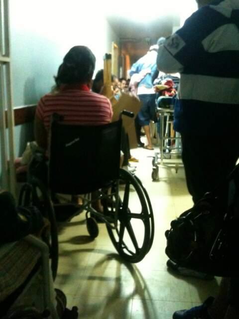 Pacientes se espremem para consulta na Ortopedia da Santa Casa nesta quinta.