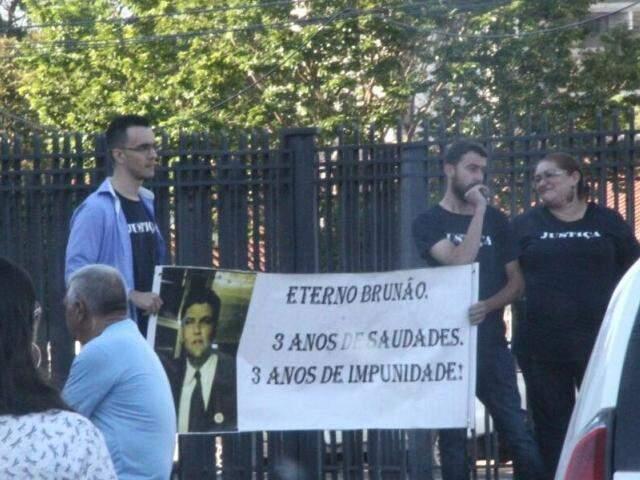 Familiares de Brunão seguram cartaz, feito há 3 anos, que pede por Justiça (Foto: Marcos Ermínio)
