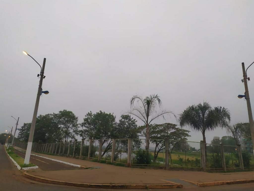 Céu cinza e dia fresquinho em Dourados nesta quarta-feira (Foto: Helio de Freitas)