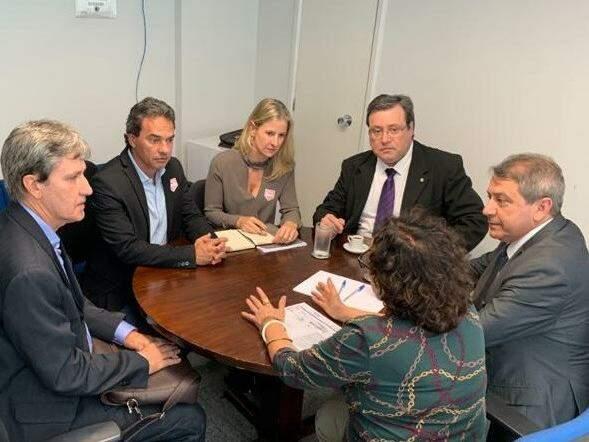 Da esquerda à direita, secretário Rudi Fioresi, prefeito Marquinhos Trad e a coordenadora Catiana Sabadin, reunidos com integrantes do Ministério do Turismo. (Foto: Divulgação/PMCG).