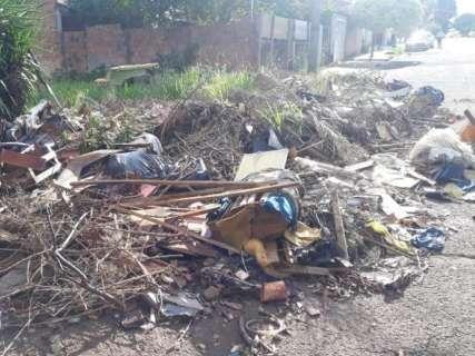 Terreno no bairro Guanandi é depósito de lixo há 19 anos, denunciam moradores