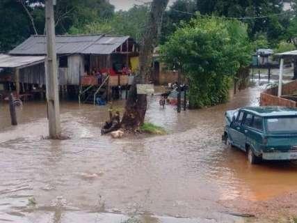 Chuvarada faz córrego transbordar e deixa dois bairros debaixo d'água