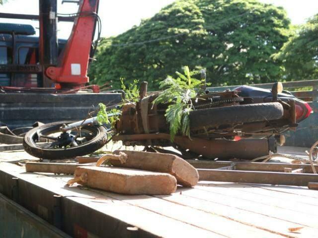 Motocicleta foi retirada no rio nesta manhã. (Foto: Marcos Maluf)