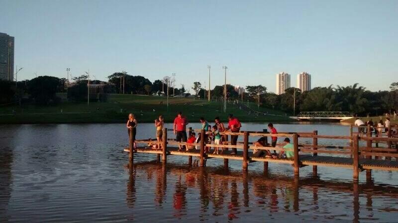 Píer no lago tem falhas na estrutura de madeira que serve de proteção. (Foto: Repórter News)