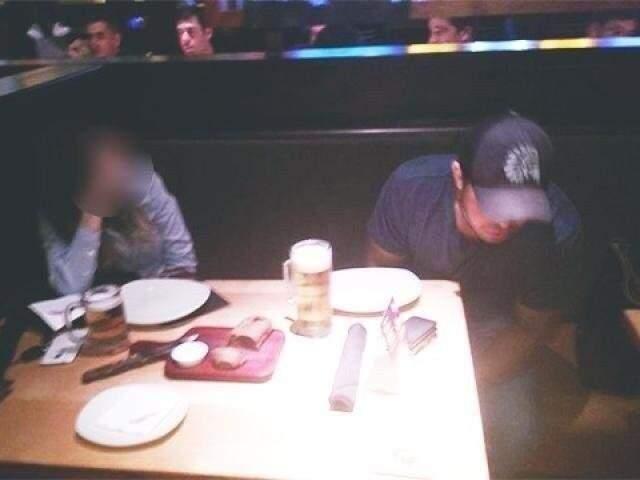 Cristhiano Luna foi flagrado por amigos da vítima enquanto supostamente bebia em restaurante (Foto: Direto das Ruas)