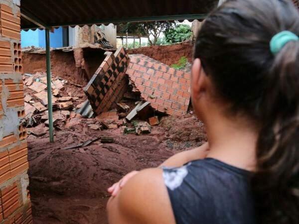 No Zé Pereira, muro cai, provoca deslizamento e moradora se recusa a sair