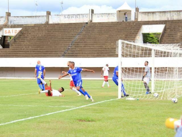 Jogadores do Aquidauanense comemoram gol que garantiu vitória no Morenão (Foto: Marina Pacheco)