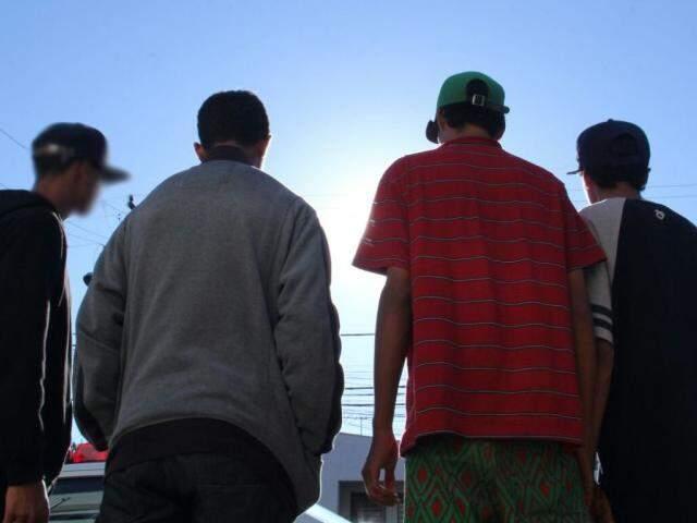 Grupo de jovens foi assaltado quando deixou uma festa no bairro Santo Amaro (Foto: Alan Nantes)