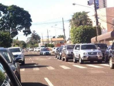 De acordo com o relato do leitor, o problema ocorre diariamente em frente a escola. (Foto:Direto das Ruas)