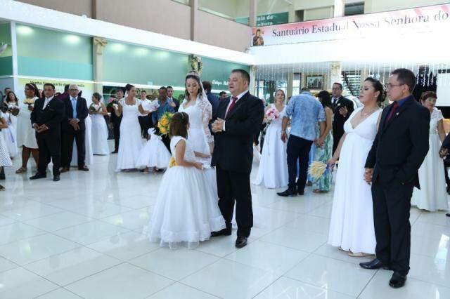 Trinta e três casais oficializaram a união perante a Igreja Católica. (Foto: Kísie Ainoã)