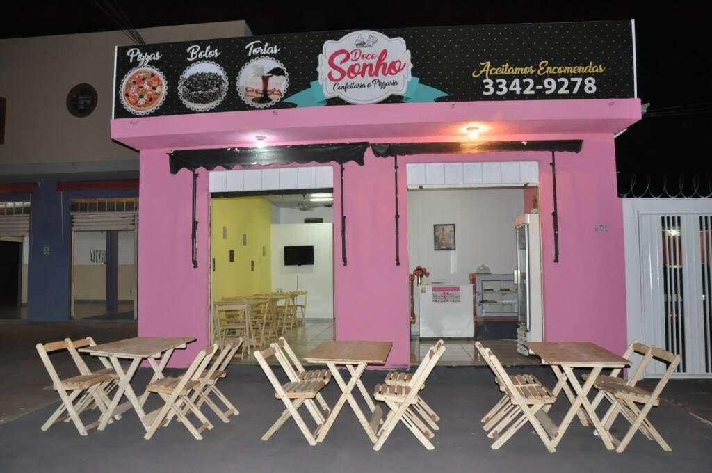 Prédio de duas portas ganhou paredes rosas e fachada de confeitaria (Foto: Paulo Francis)