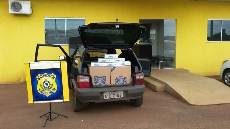 Fiat Uno com contrabando de cigarro era conduzido por adolescente (Foto: Divulgação)