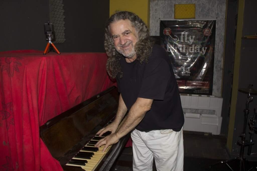 O piano que ganhou dos pais aos 19 anos ainda está no estúdio de Miguelito