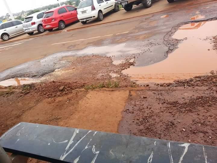 Buraco em frente a UEMS, no bairro José Abrão . ( Foto: Direto das ruas)
