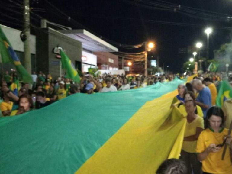 Bandeira aberta em defesa da prisão do ex-presidente. (Foto: Direto das Ruas)