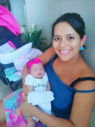 Nem tudo é plenitude na maternidade, muito menos amamentação. Mas Carla conseguiu sorrir, apesar de tudo. (Foto: Arquivo Pessoal)