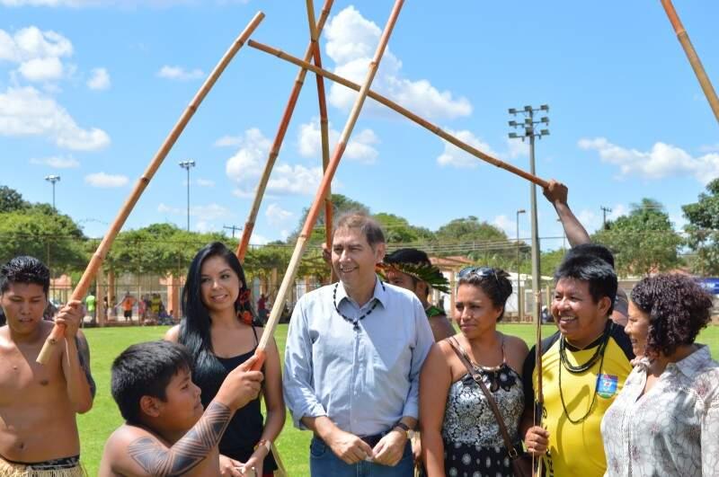Prefeito Alcides Bernal fez a abertura do evento, recebendo uma apresentação dos indígenas (Foto: Leonardo Rocha)