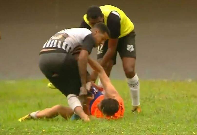 Gandula foi imobilizado por jogador do Operário e espancado no fim da partida (Foto: Reprodução/TV Morena)