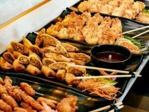 Além de algumas opções fritas, como sushis e tilápia. (Foto: Renan Kubota)