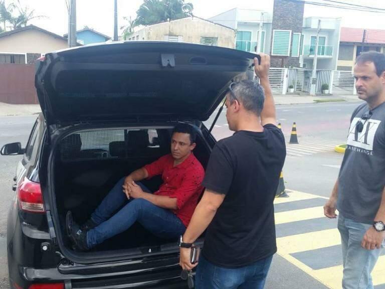 No camburão, Eurico dos Santos Mota, mais um alvo da Operação Omertà preso (Foto: Direto das Ruas)
