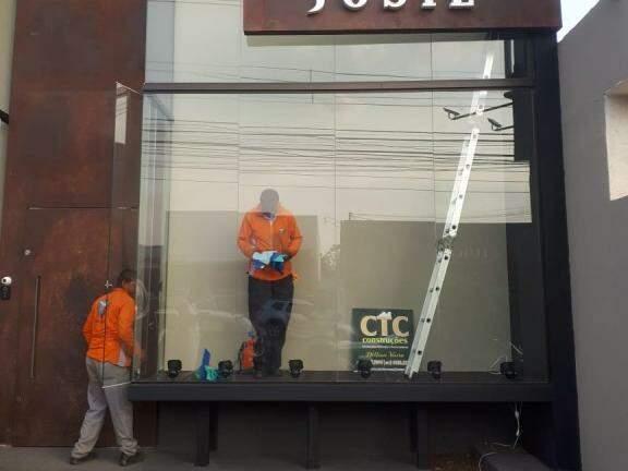 A TWA é mais qualidade e brilho para vitrines e fachadas de comércios da cidade (Foto: Divulgação)