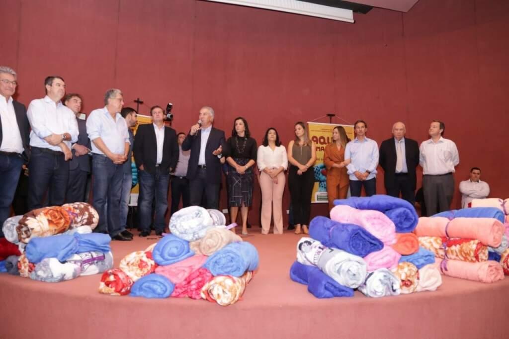Governador participou de solenidade de entrega junto com prefeitos do interior. (Foto: Kisie Ainõa)