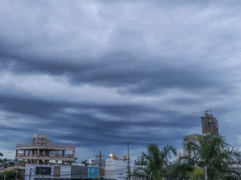 Amanheceu nublado em Campo Grande e previsão é de chuva em áreas isoladas no decorrer do dia (Foto: Henrique Kawaminami)
