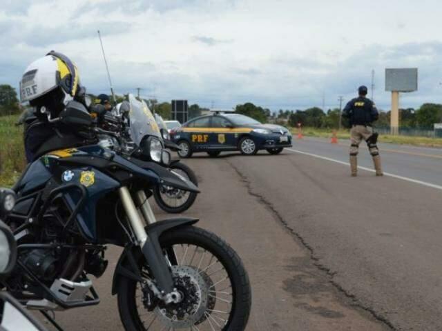 PRF durante fiscalização em uma das rodovias do Estado (Foto: PRF)