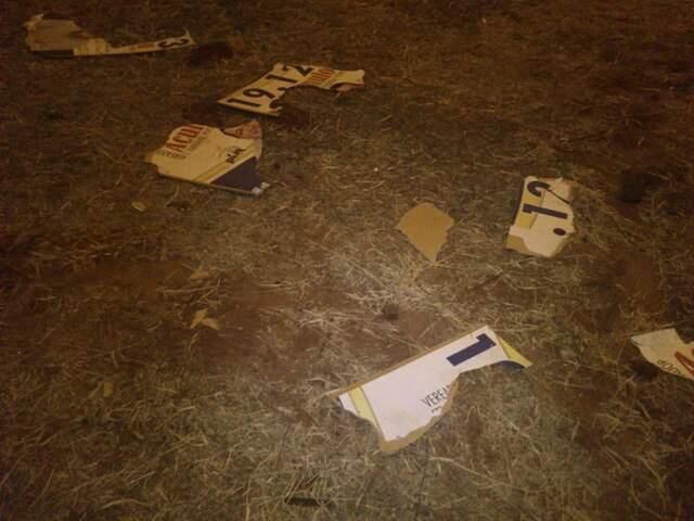 Imagem enviada por leitor do Campo Grande News mostra cavalete com propaganda política de um candidato a vereador da Capital totalmente destruído