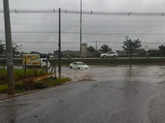 Em frente ao Terminal Nova Bahia parte da rua ficou alagada. (Foto: Direto das Ruas)