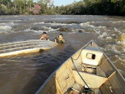 PMA encontra barco afundando e salva pescadores de naufrágio em rio