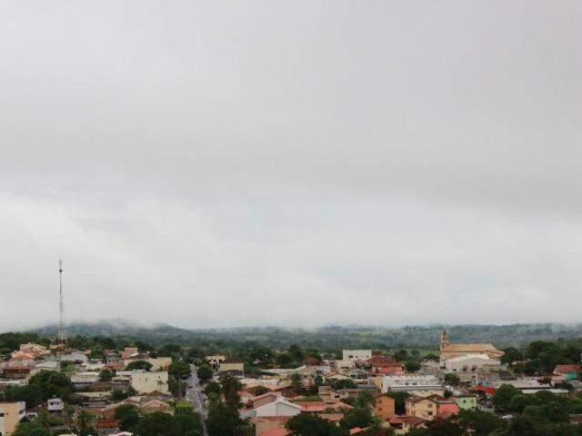 Quinta-feira (14) amanheceu parcialmente nublada e com chuva fraca em Camapuã. (Foto: Denilson Rodrigues)