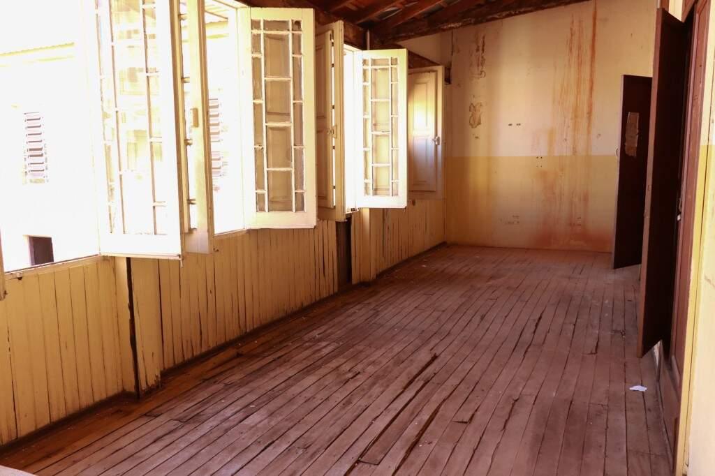 Piso de madeira já bem gasto não foi trocado. (Foto: Henrique Kawaminami)