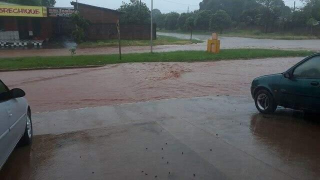 Rua alagada em Caarapó durante a chuva desta quarta-feira (Foto: Caarapó News)
