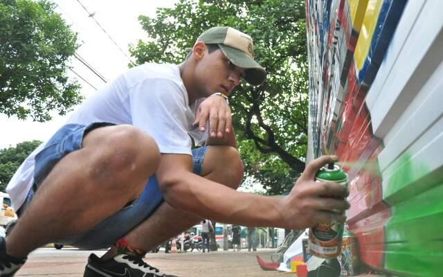 Grafite nos tapumes tenta apagar preconceitos. (Fotos: João Garrigó)