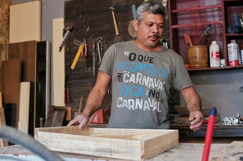 Gideão é quem faz todos os móveis e artigos decorativos, e gosta tanto de mexer com isso que largou sua formação na Enfermagem. (Foto: Fernando Antunes)