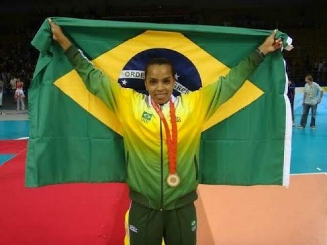 Fofão com a bandeira do Brasil e medalha conquistada pela seleção (Foto: Reprodução)