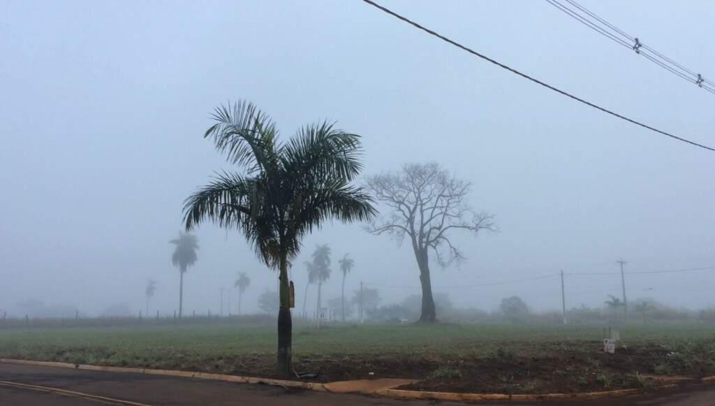 Neblina corre também na região norte de Dourados (Foto: Marciel Arruda/TV RIT)