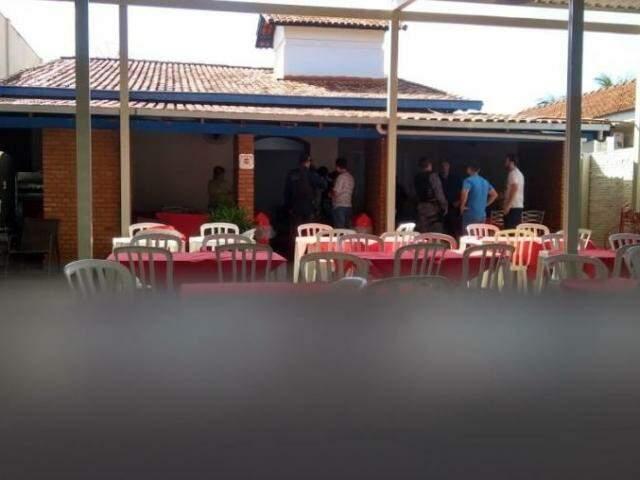 Policiais no restaurante onde ocorreu o atentado. (Foto: Alfredo Neto/JP News)